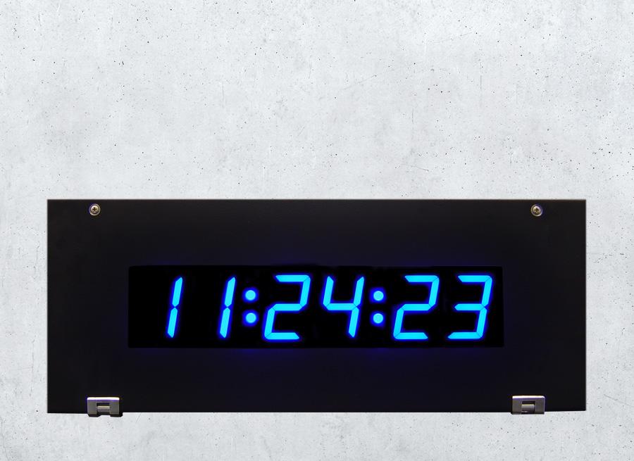 Blaue Anzeige für Uhrzeit